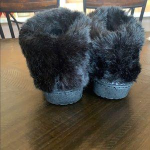 isotoner Shoes - Women's black isotoner slippers